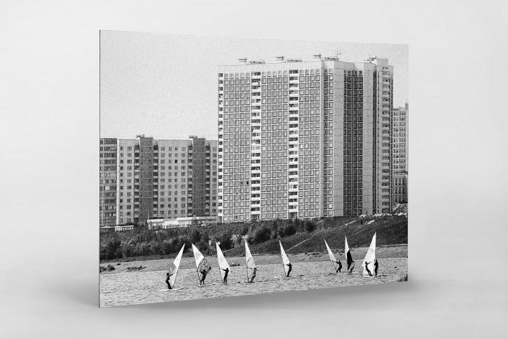 Windsurfen auf der Moskwa  - Sport Fotografie als Wandbild - Wassersport Foto - NoSports Magazin - 11FREUNDE SHOP