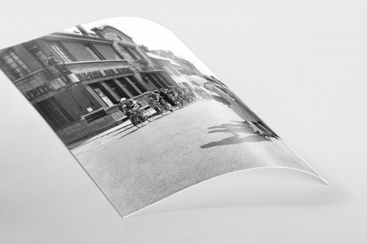 Vorbei am Postamt bei Paris-Roubaix - Sport Fotografien als Wandbilder - Radsport Foto - NoSports Magazin