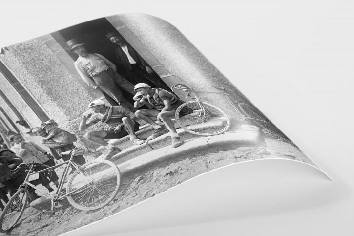Ruhepause bei der Tour 1921 - Sport Fotografien als Wandbilder - Radsport Foto - NoSports Magazin - 11FREUNDE SHOP