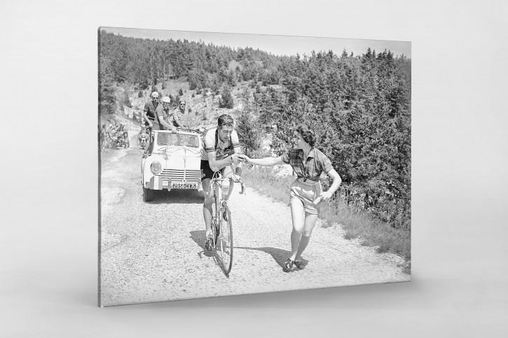 Apfel geben bei der Tour 1955 - Sport Fotografie als Wandbild - Radsport Foto - NoSports Magazin - 11FREUNDE SHOP