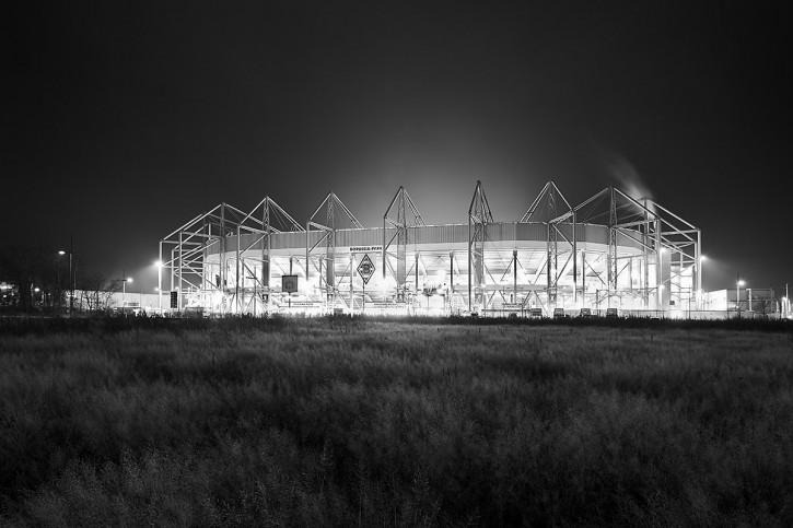 Borussia Park bei Flutlicht (schwarz/weiß) - 11FREUNDE BILDERWELT