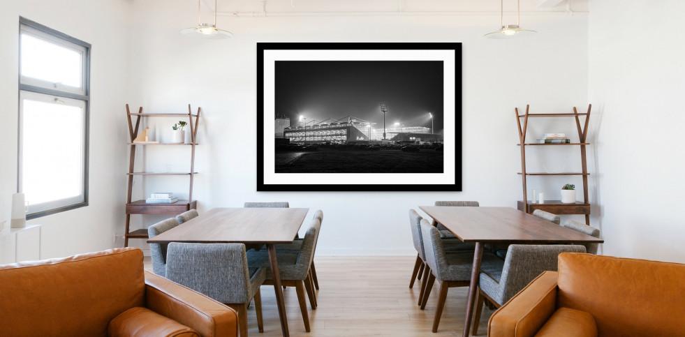 Millerntor bei Flutlicht (Schwarzweiß) - Christoph Buckstegen Foto - 11FREUNDE SHOP