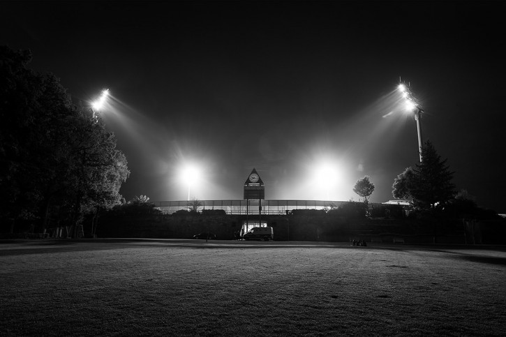 Stadion am Böllenfalltor bei Flutlicht (s/w) - Christoph Buckstegen - 11FREUNDE BILDERWELT