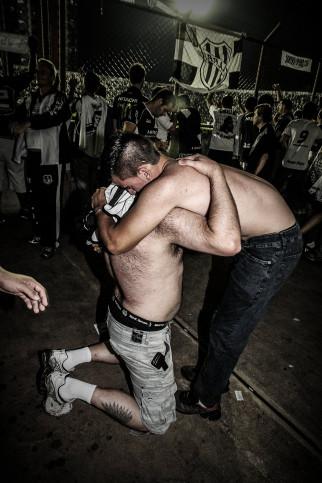 Ponte Preta Fans Hugging And Celebrating - Gabriel Uchida - 11FREUNDE BILDERWELT