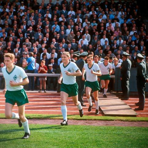 Bremen 1968 - Einlaufen ins Weserstadion - 11FREUNDE SHOP