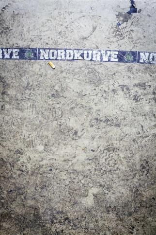 Zigarettenstummel und Spuren in der Nordkurve - Foto aus dem Borussia-Park von Kai Senf