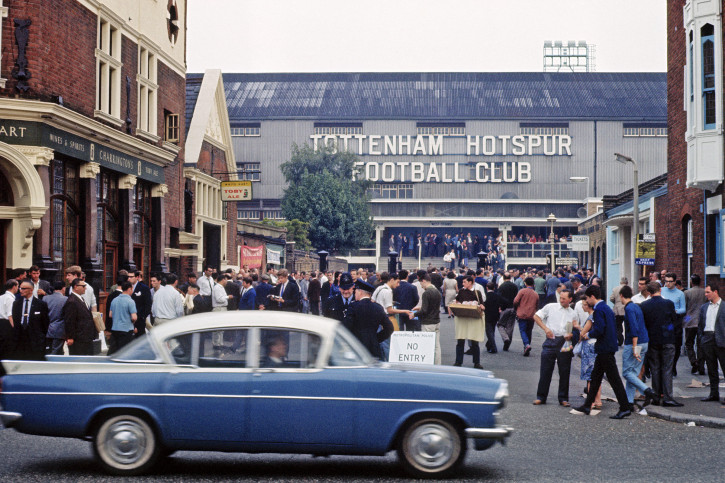 Vor dem Stadion an der White Hart Lane - Fußball Wandbild - 11FREUNDE SHOP
