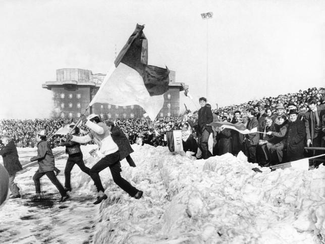Platzsturm im Schnee - Jubel Fans VfL Osnabrück beim FC St. Pauli