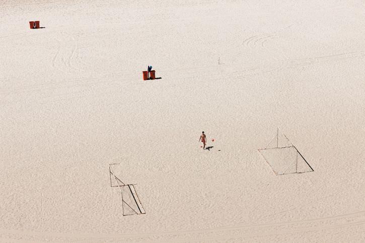 Kicken im Sand von Rio - Fussball Wandbild - 11FREUNDE SHOP