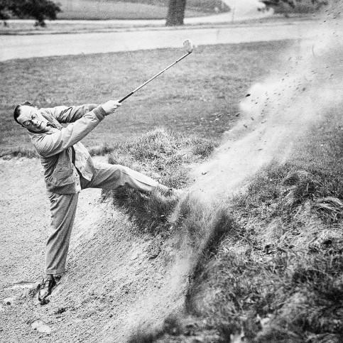Ein kraftvoller Schlag - Sport Fotografie als Wandbild - Golf Foto - NoSports Magazin - 11FREUNDE SHOP