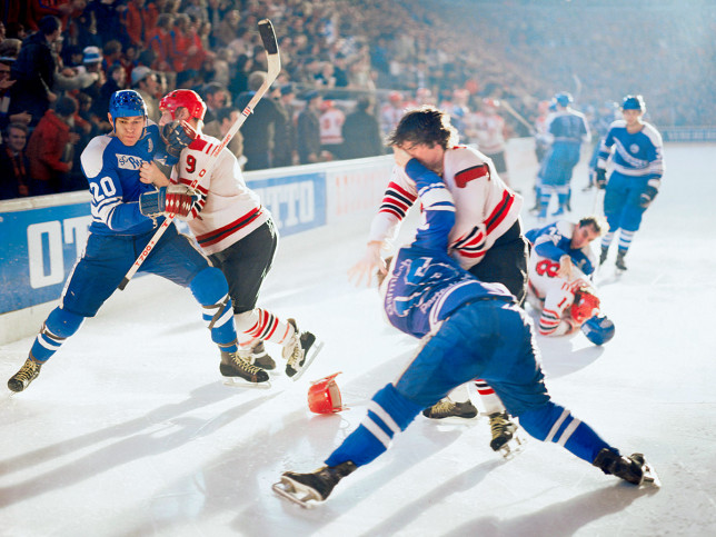 Kampf auf dem Eis - Sport Fotografie als Wandbild - Eishockey Foto - NoSports Magazin