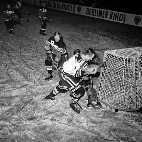 Eishockey in Berlin 1961 - Sport Fotografien als Wandbilder - Eishockey Foto - NoSports Magazin - 11FREUNDE SHOP