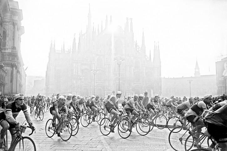 Am Mailänder Dom - Sport Fotografien als Wandbilder - Radsport Foto bestellen - NoSports Magazin - 11FREUNDE SHOP