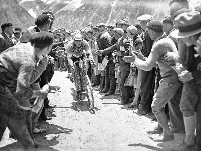 Anfeuern bei der Tour 1930 - Sport Fotografien als Wandbilder - Radsport Foto - NoSports Magazin