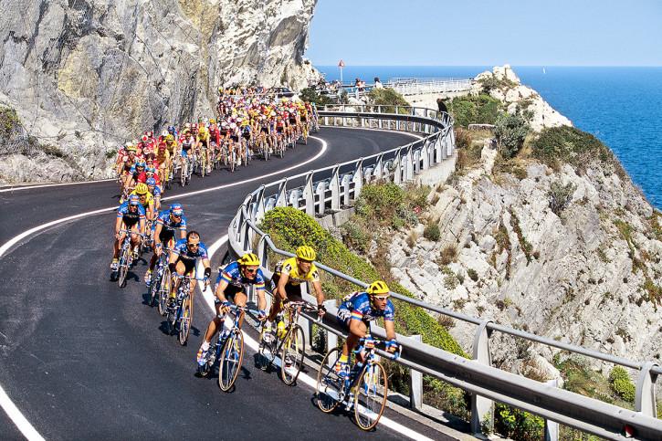 Kurven bei Mailand-Sanremo - Sport Fotografien als Wandbilder - Radsport Foto - NoSports Magazin - 11FREUNDE SHOP