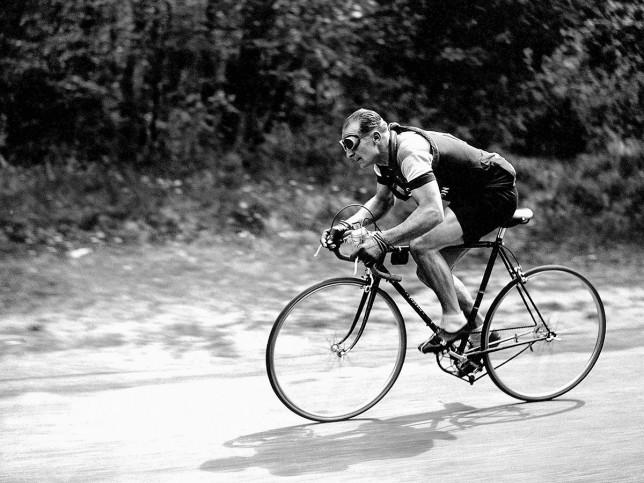 Mit Brille bei der Tour 1937 - Sport Fotografien als Wandbilder - Radsport Foto - NoSports Magazin