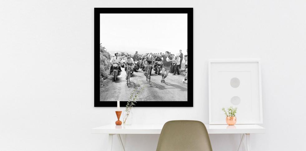 Mit dem Schwamm bei der Tour 1964 - Sport Fotografie als Wandbild - Radsport Foto - NoSports Magazin - 11FREUNDE SHOP