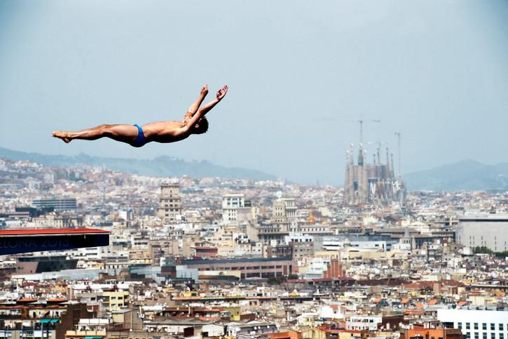 Turmspringen mit Blick auf Barcelona - Sport Fotografien als Wandbilder - Wassersport Foto - NoSports Magazin - 11FREUNDE SHOP
