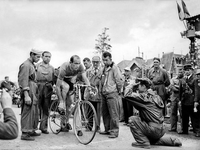Vor der 7. Etappe bei der Tour 1951 - Sport Fotografie als Wandbild - Radsport Foto - NoSports Magazin