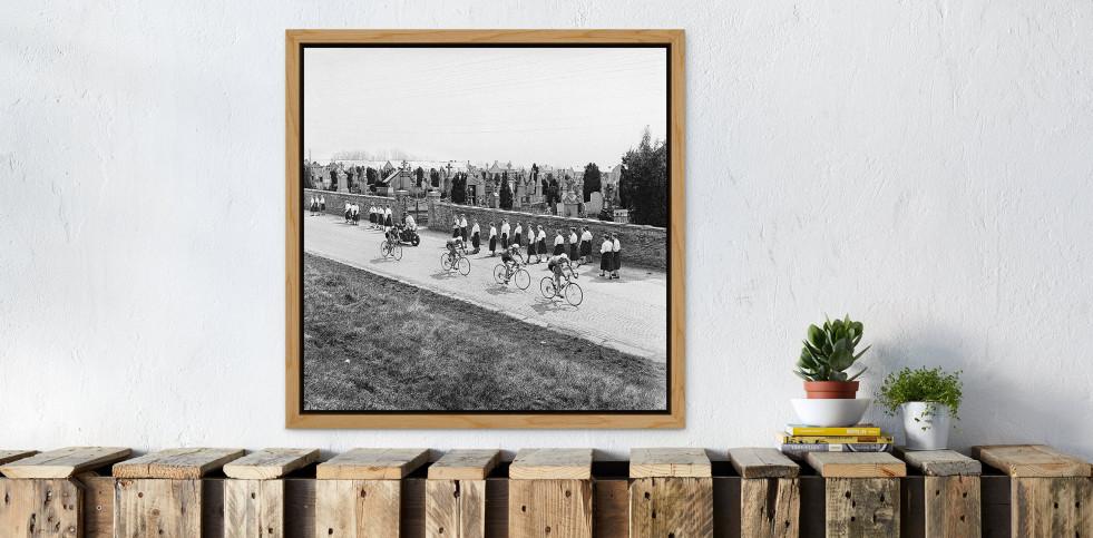 Vorbei am Friedhof bei Lüttich-Bastogne-Lüttich  - Sport Fotos als Wandbilder - Radsport Foto - NoSports Magazin