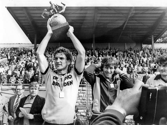 Dixie und der Pokal - Dynamo Dresden - 11FREUNDE BILDERWELT