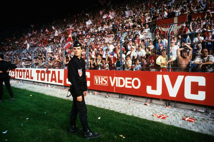 Polizist und dänische Fans - 11FREUNDE BILDERWELT