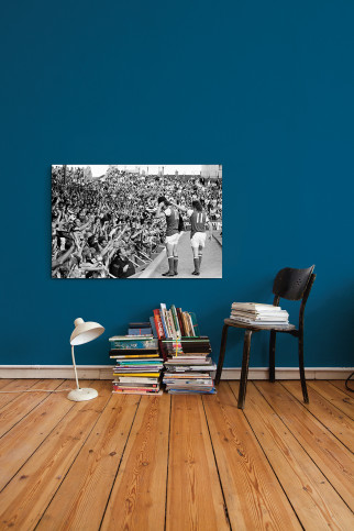 Mit Bobby-Helm im Highury - 11FREUNDE SHOP - Fußball Wandbild