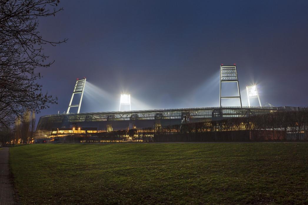 Weserstadion bei Flutlicht (Farbe-Querformat-1)