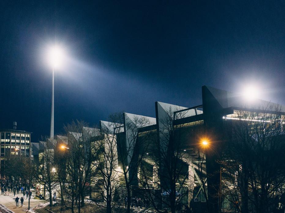 Stadion an der Grünwalder Straße bei Flutlicht