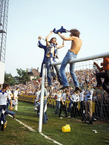 HSV Fans auf dem Tor - 11FREUNDE BILDERWELT