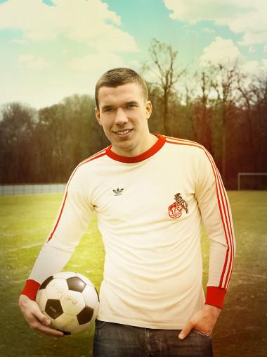 Lukas Podolski im Kölner Retrotrikot - 11FREUNDE BILDERWELT
