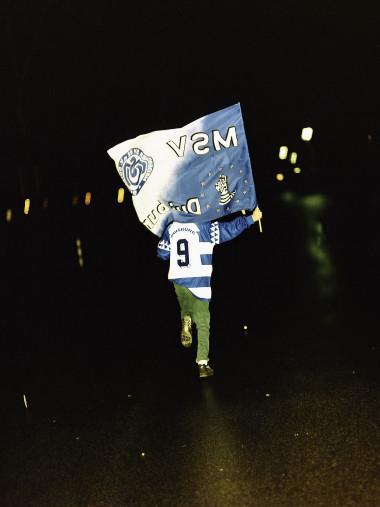 MSV Duisburg Fan mit Fahne - 11FREUNDE BILDERWELT