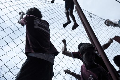 Auf dem Zaun des Estádio Rua Javari - 11FREUNDE BILDERWELT