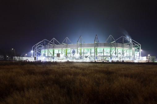 Borussia Park bei Flutlicht (Farbe) - 11FREUNDE BILDERWELT