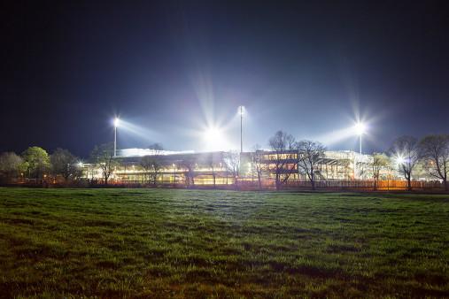 Schwarzwald-Stadion bei Flutlicht (Farbe)