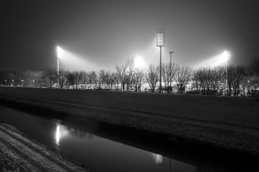 Niederrheinstadion bei Flutlicht (s/w)