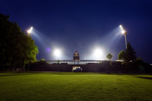 Stadion am Böllenfalltor bei Flutlicht (Farbe)