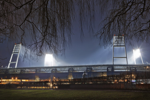 Weserstadion bei Flutlicht (Farbe-Querformat-2) - Christoph Buckstegen Foto - 11FREUNDE SHOP