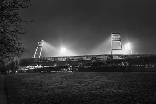 Weserstadion bei Flutlicht (Schwarzweiß-Querformat-2) - Christoph Buckstegen Foto - 11FREUNDE SHOP