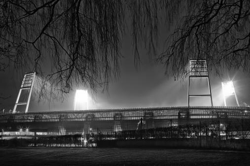 Weserstadion bei Flutlicht (Schwarzweiß-Querformat-3) - Christoph Buckstegen Foto - 11FREUNDE SHOP