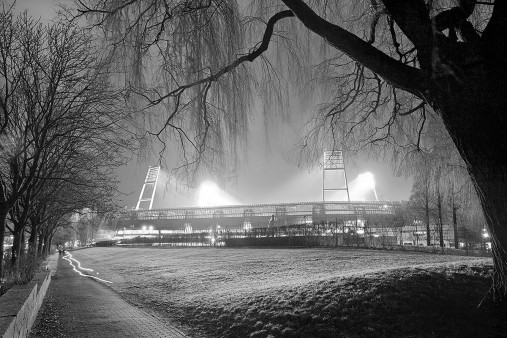Weserstadion bei Flutlicht (Schwarzweiß-Querformat-1) - Christoph Buckstegen Foto - 11FREUNDE SHOP
