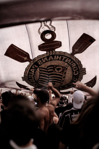 Fans Under Big Corinthians Flag - Gabriel Uchida - 11FREUNDE BILDERWELT