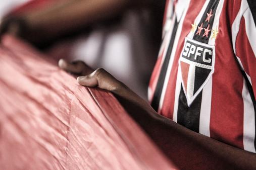FC São Paulo Fan Holding His Flag - Gabriel Uchida - 11FREUNDE BILDERWELT