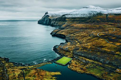 Auf den Färöer Inseln - Fußballplatz - Johannes Höhn - Wandbild