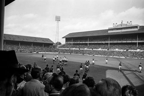 Einlaufen ins Stadion an der White Hart Lane