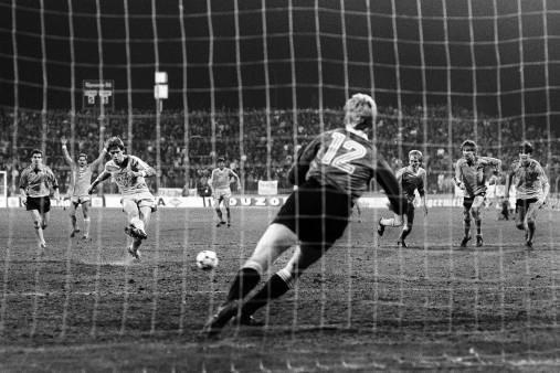 Elfer im Jahrhundertspiel - Wandbild Bayer Uerdingen vs. Dynamo Dresden
