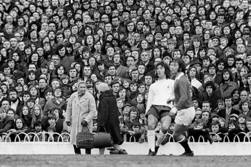 Omas an der White Hart Line - Wandbild Tottenham Hotspur