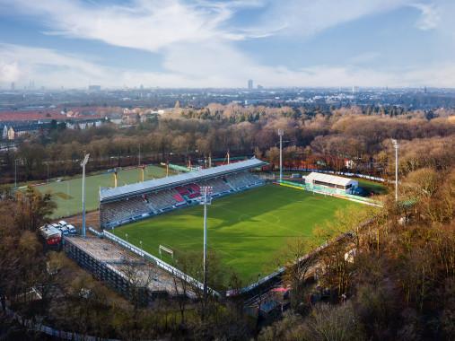 Sportpark Höhenberg und Kölner Skyline
