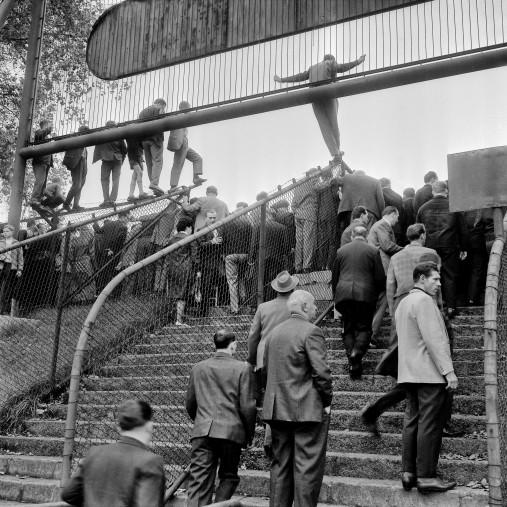 Zuschauerandrang an der Kampfbahn Glückauf - FC Schalke 04 Wandbild