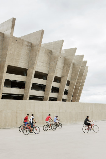 Radfahrer vor dem Estádio Mineirão - 11FREUNDE BILDERWELT
